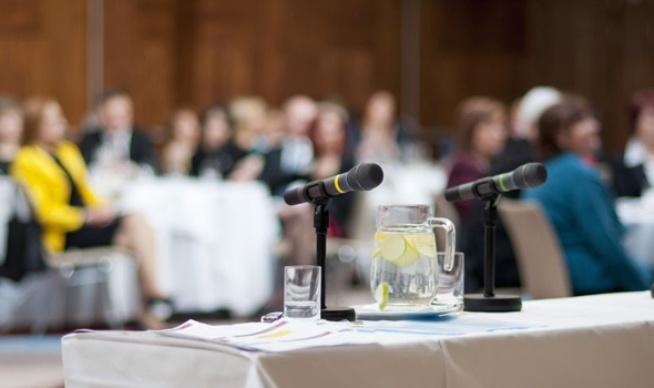 04-speakers-table-microphones-photo